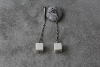 Cерьги из белого фарфора, кубик на длинной цепочке.  White porcelain earrings, a cube on a long chain
