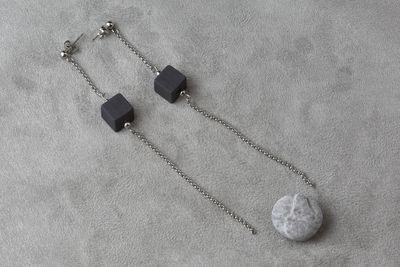 Cерьги из черного фарфора, кубик в середине цепочки.  Black porcelain earrings, a cube in the middle of the chain.