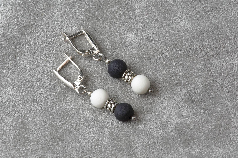 Короткие серьги, украшенные маленькими шариками из белого и черного фарфора.  Short earrings decorated with small balls of white and black porcelain.