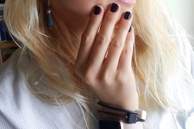 Браслет, украшенный кубиками из белого и черного фарфора. Bracelet decorated with white and black porcelain cubes.