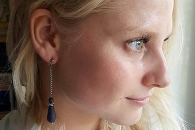 Серьги капельки из черного фарфора на длинной цепочке. Black porcelain droplet earrings on a long chain.