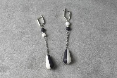 Длинные серьги, украшенные капелькой из белого и черного фарфора. Long earrings decorated with a drop of white and black porcelain.