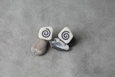 Пусеты из белого фарфора, украшенные инкрустированными элементами из черного фарфора. Stud earrings made of white porcelain decorated with inlaid elements of black  porcelain.