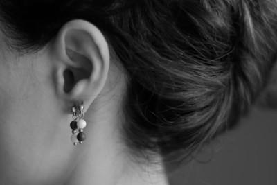 Серьги, украшенные маленькими шариками из белого и черного фарфора. Earrings decorated with small balls of white and black porcelain.