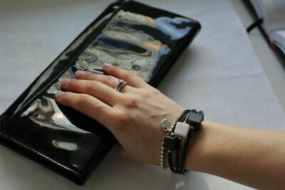 Браслет, украшенный тремя кубиками из белого и черного фарфора.  Bracelet decorated with three white and black porcelain cubes.