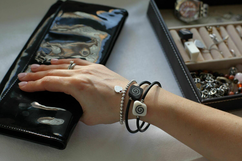 Браслет, украшенный инкрустированными элементами из белого и черного фарфора. Bracelet decorated with inlaid elements of white and black porcelain.
