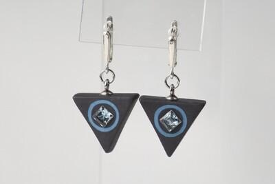 Треугольные серьги из черного фарфора с натуральными камнями квадратной формы. Black porcelain earrings, triangle  with a natural stone.