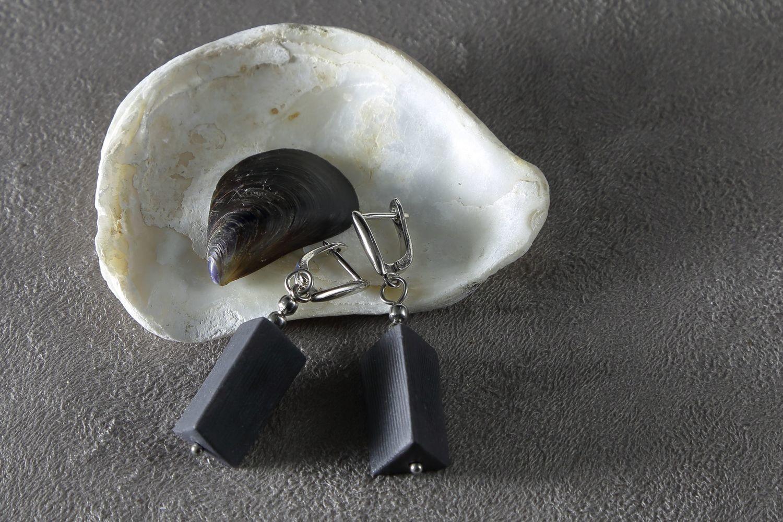 Серьги из черного фарфора, треугольная призма. Black porcelain earrings, triangular prism.