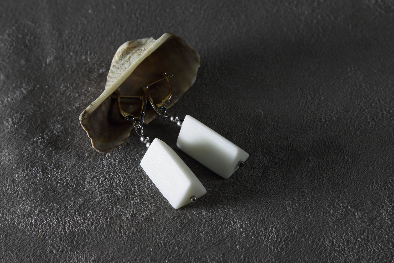 Серьги из белого фарфора, треугольная призма. White porcelain earrings, triangular prism.