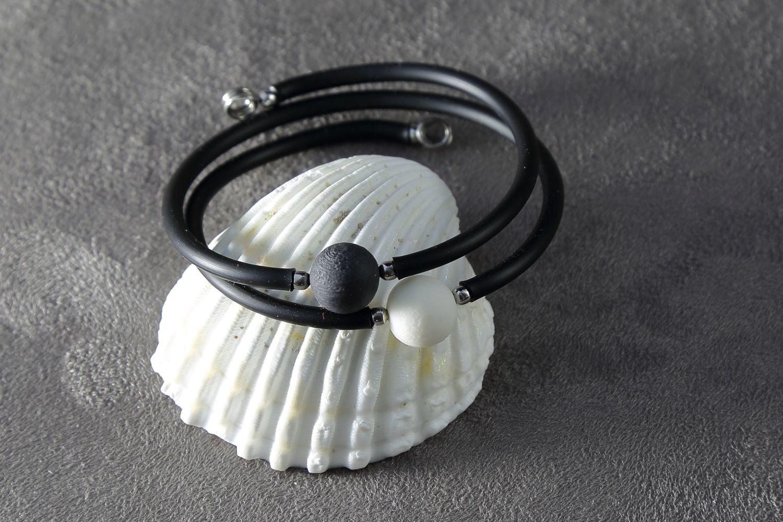 Браслет, украшенный шариками из белого и черного фарфора.  Bracelet decorated with white and black porcelain balls.