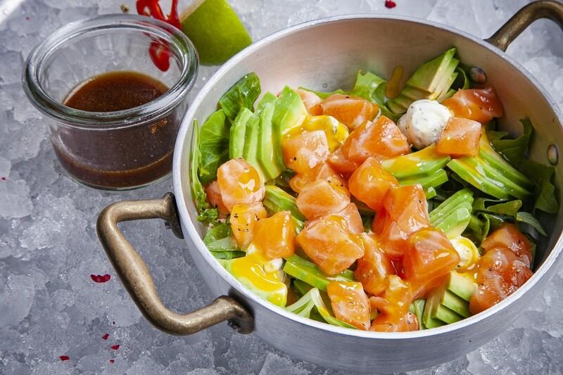 Салат с лососем, авокадо и соусом манго