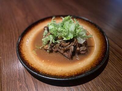 Томленая говяжья лопатка с грибами и мясным соусом