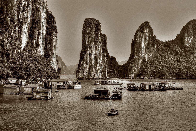 HALONG BAY (VIETNAM) 01
