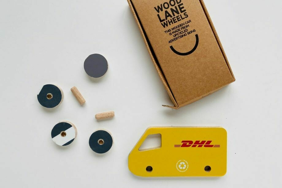 Spielzeug aus recycelten Werbeschildern