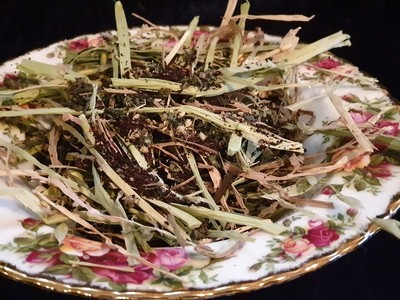 Show grade oaten hay chaff with organic yarrow, nettle, dandelion & root chicory