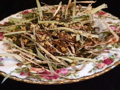 Show grade oaten hay chaff with organic yarrow, nettle, dandelion & root chicory, chamomile with hibiscus