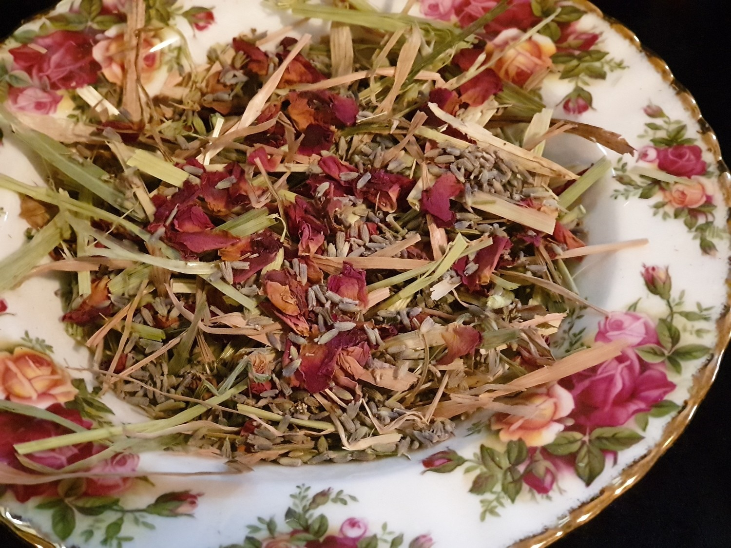Show grade oaten hay chaff with organic rose petals & lavender