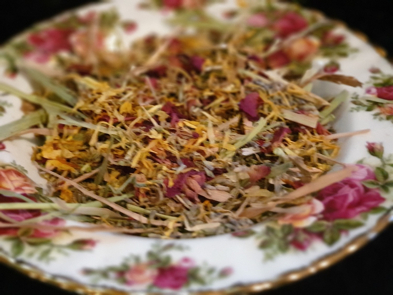 Show grade oaten hay chaff with organic rose petals, lavender, & calendula