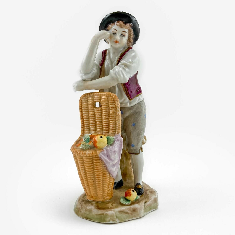 """Фарфоровая статуэтка """"Мальчик с корзинкой"""", Sitzendorf"""