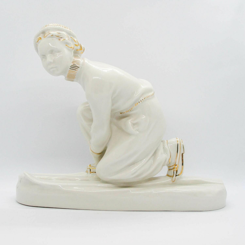 """Фарфоровая статуэтка """"Юная Лыжница"""", Песочное"""