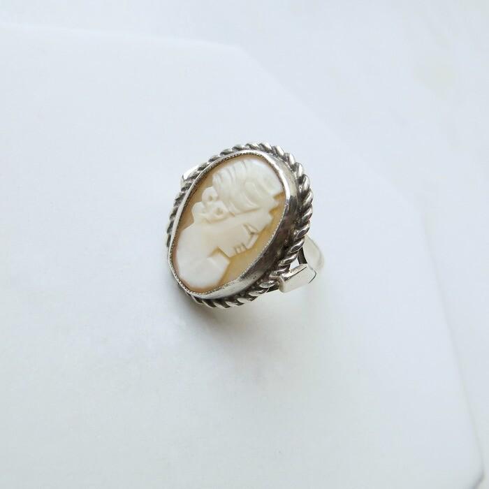 Винтажное кольцо с камеей на раковине в серебре, Великобритания 1930 годов