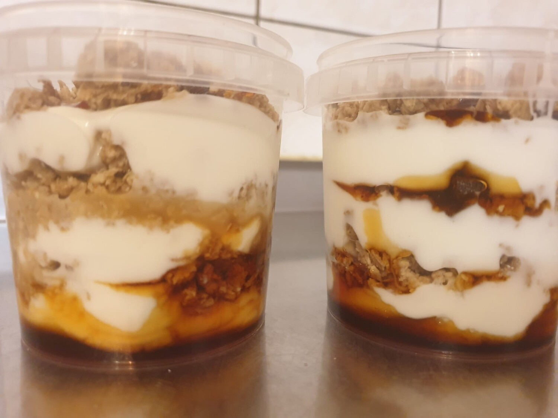 Yogourt maison - au coulis de caramel et pépites de muesli croquant