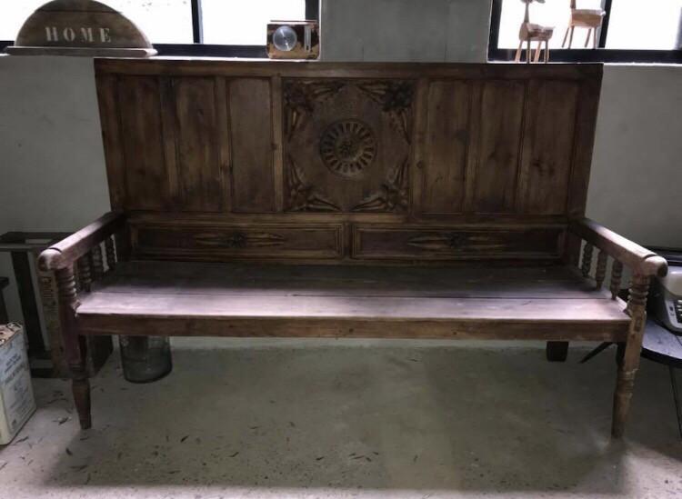Grote oude houten bank