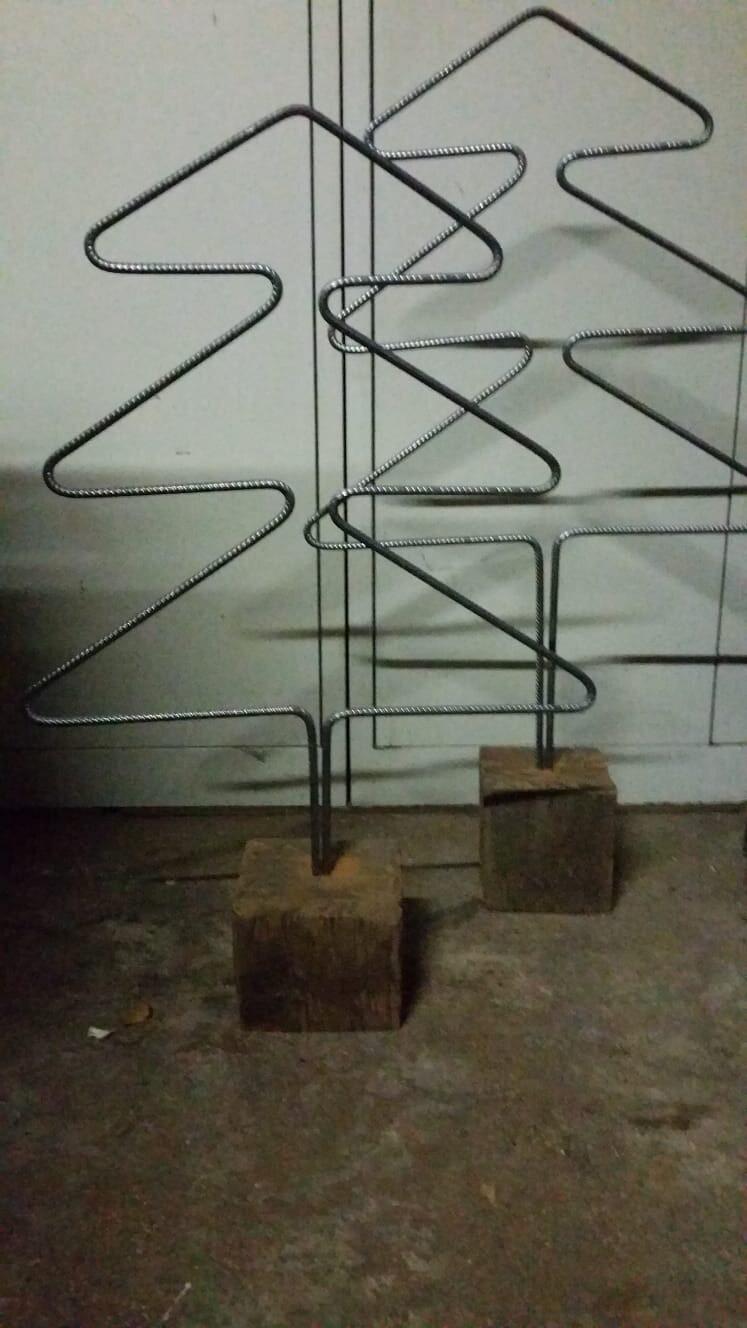 Kerstboom betonstaal op hout