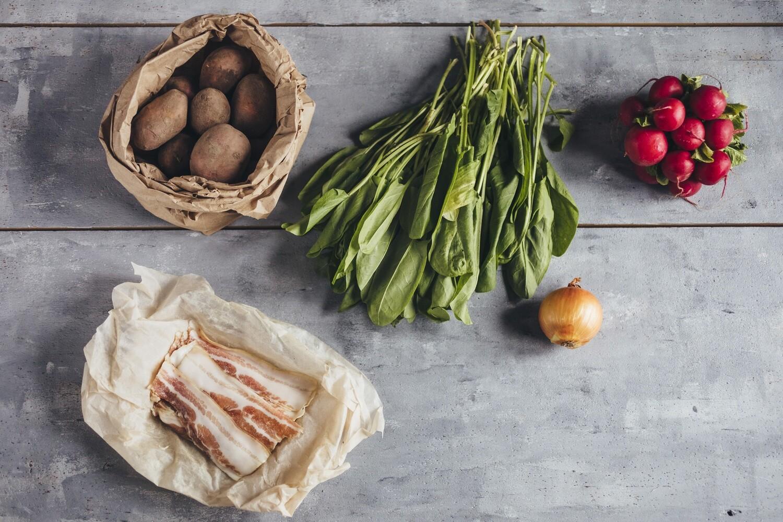Картофельный салат со щавелем и беконом