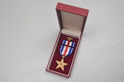WWII U.S. NAVY/MARINE CORPS SILVER STAR MEDAL IN EARLY RED BOX.