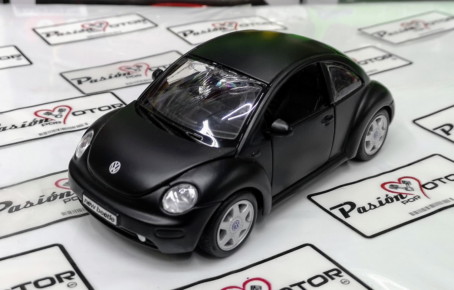 1:25 Volkswagen New Beetle 1998 Negro Maisto 1:24 En Display / A Granel