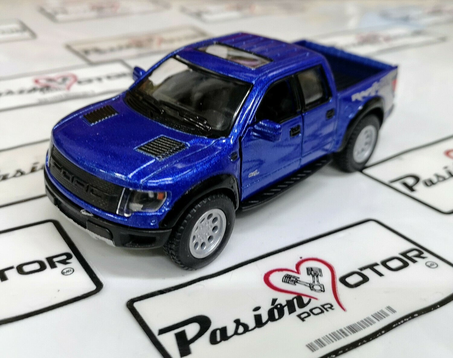 1:46 Ford F-150 SVT Raptor Super Crew 2013 Azul Pick Up Kinsmart En Display a Granel 1:43