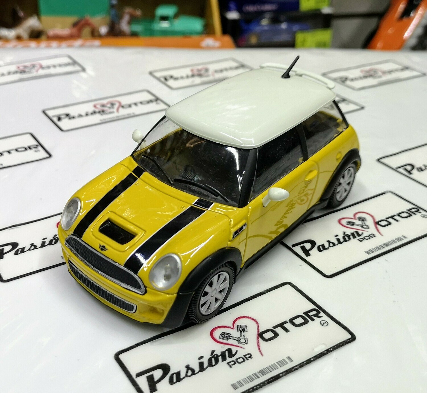 1:24 Mini Cooper S 2001 Amarillo Bburago En Display / A Granel