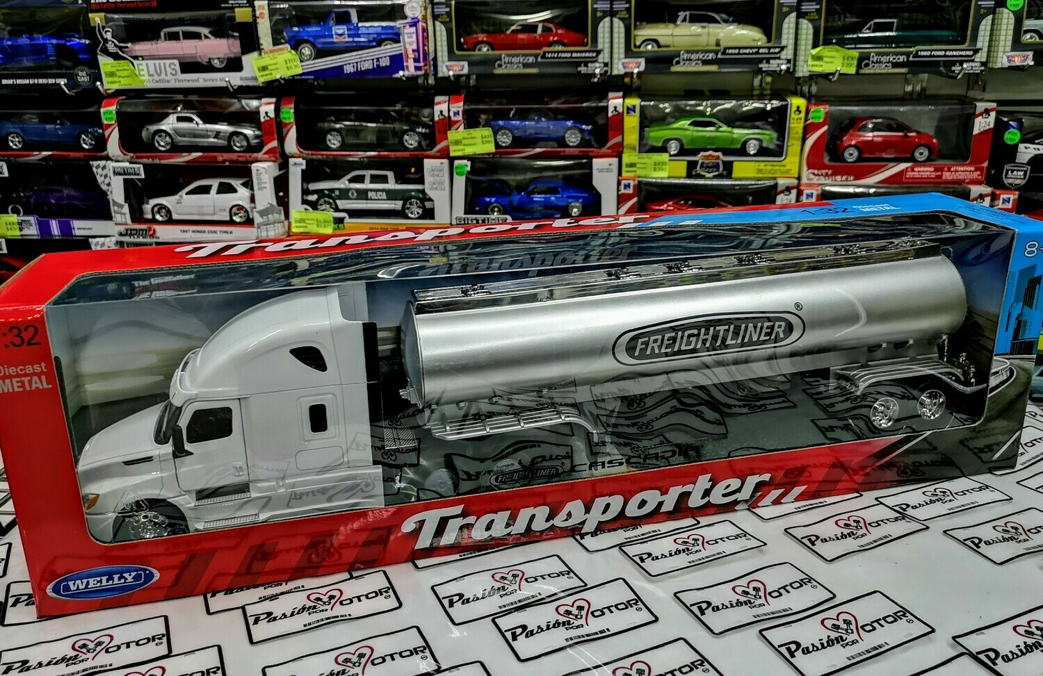 1:32 Freightliner Cascadia 2018 Blanco Con Pipa Trailer Welly Transporter