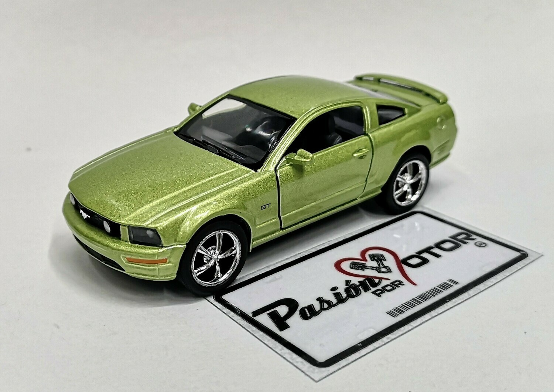 1:38 Ford Mustang GT 2006 Verde Kinsmart En Display a Granel 1:32 Shelby