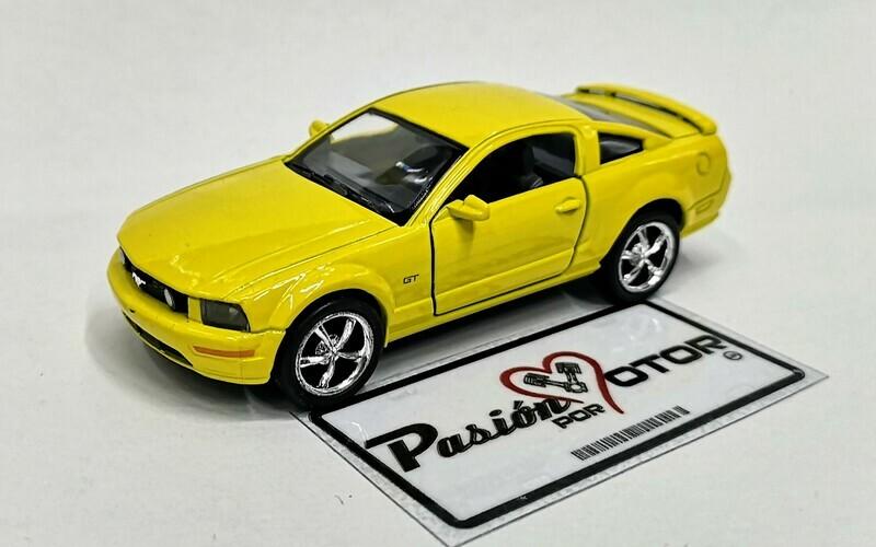 1:38 Ford Mustang GT 2006 Amarillo Kinsmart En Display a Granel 1:32 Shelby