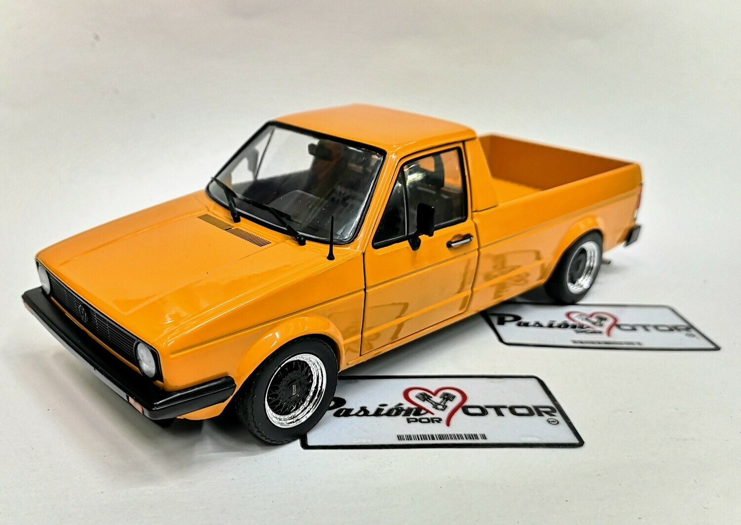 1:18 Volkswagen Caddy MKI 1982 Custom Pick Up Naranja Solido
