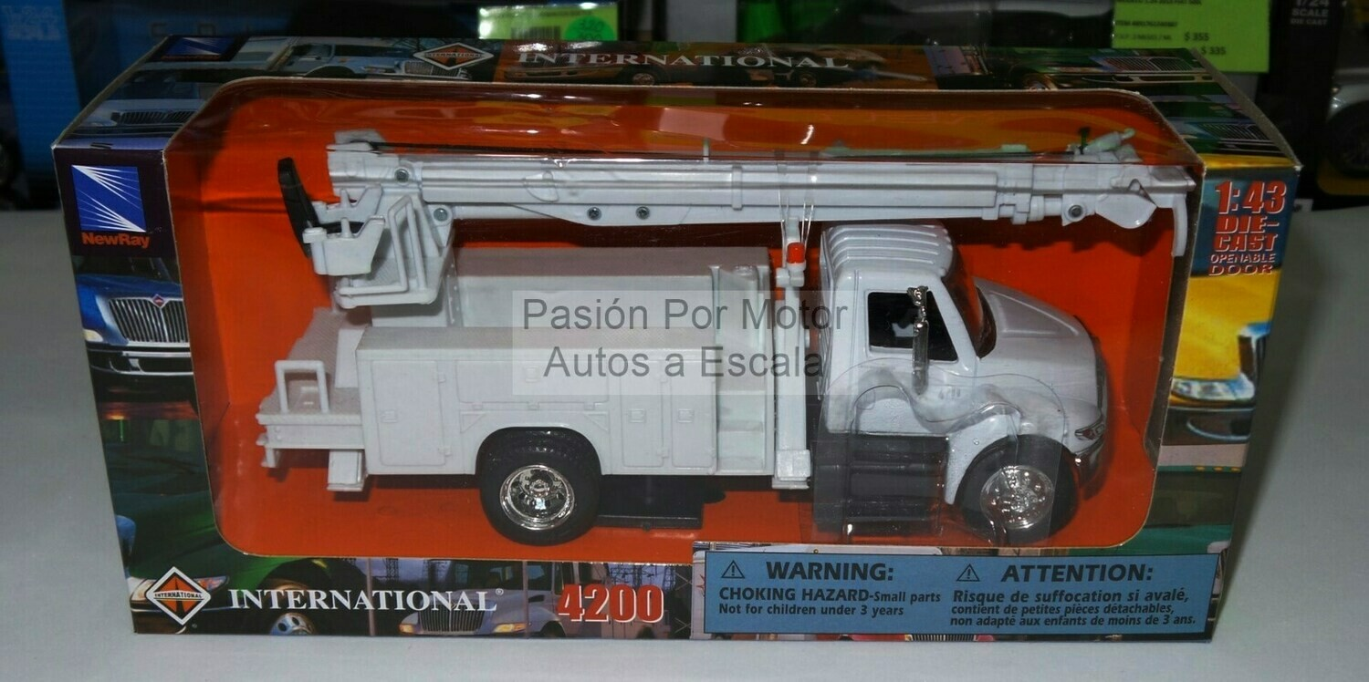 1:43 International Durastar 4200 Con Broca Barrena Cia de Luz Blanco New Ray