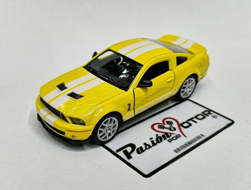 1:38 Ford Shelby GT500 2007 Amarillo Con Franjas Blancas Kinsmart En Display a Granel 1:32 Mustang