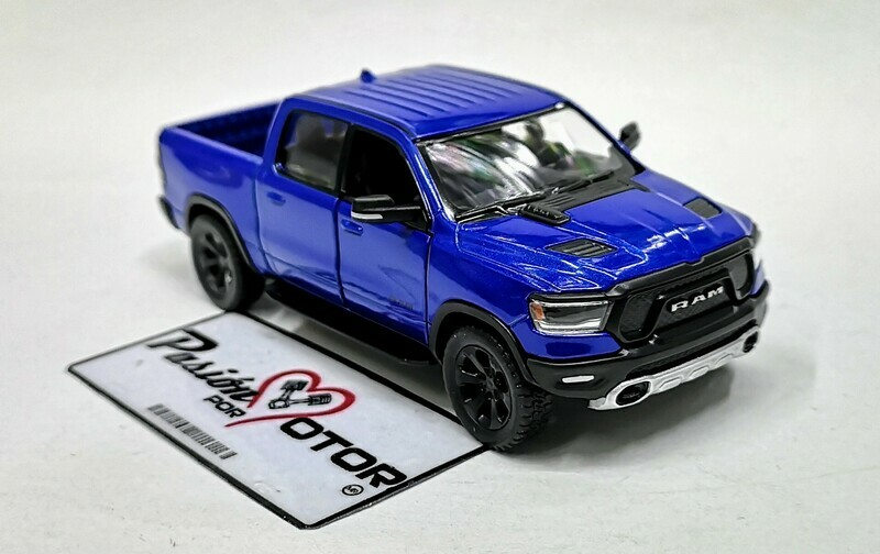1:46 Ram 1500 Crew Cab Rebel 2019 Azul Kinsmart Pick Up En Display a Granel 1:43