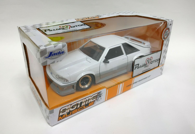 Jada Toys 1:24 Ford Mustang Fastback GT 1989 Blanco y Gris Con Caja