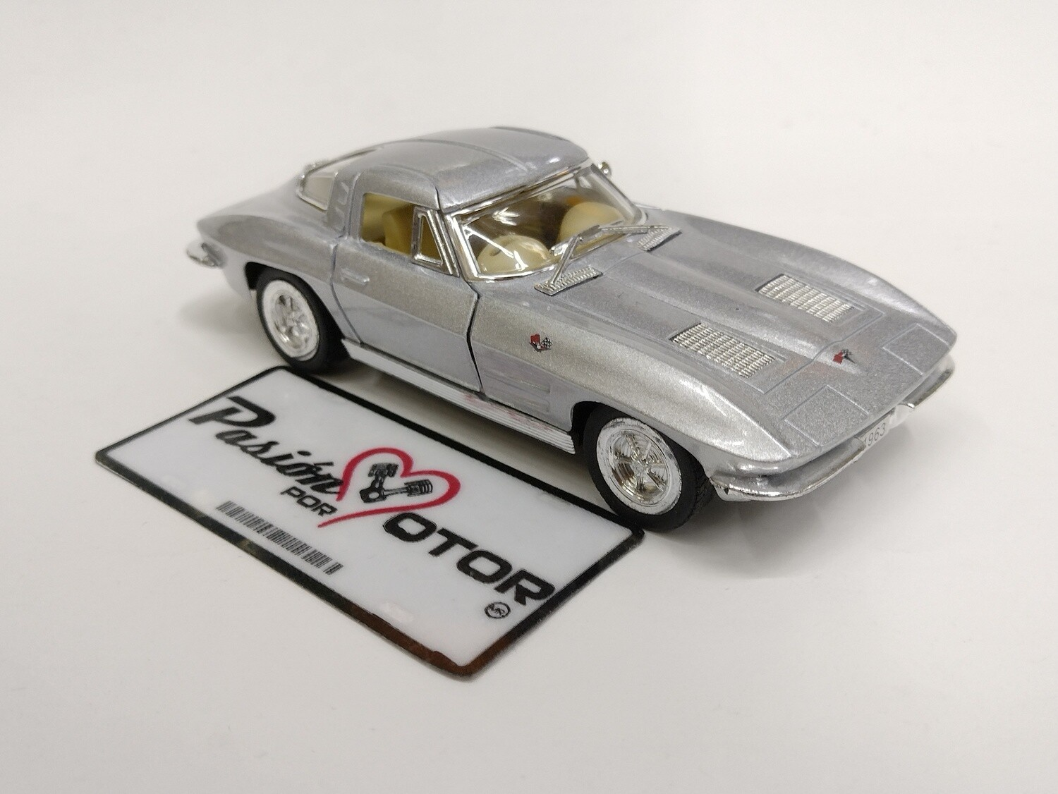 Kinsmart 1:36 Chevrolet Corvette Coupe Sting Ray 1963 Plata Display a Granel  1:32