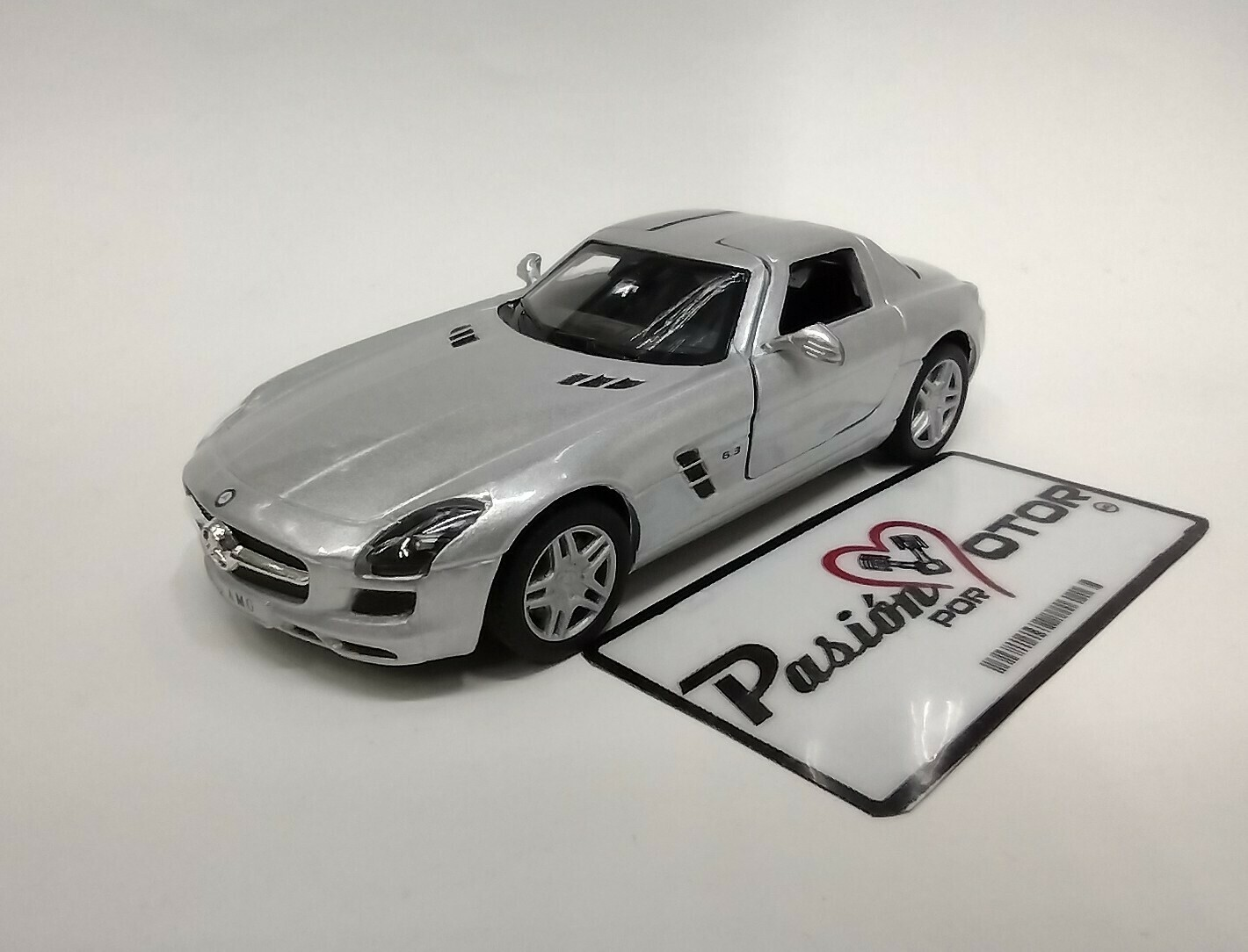 Kinsmart 1:36 Mercedes Benz SLS AMG Coupe 2010 Plata Display a Granel 1:32