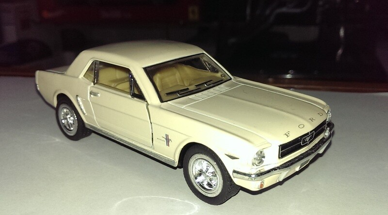 1:36 Ford Mustang Hard Top 1964 1/2 Beige Kinsmart En Display / a Granel 1:32 Shelby
