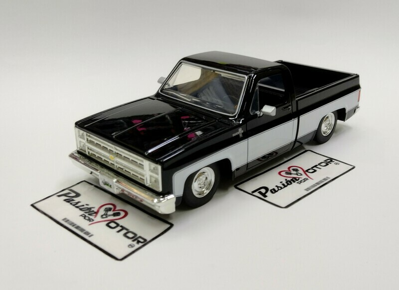 Jada Toys 1:24 Chevrolet C-10 Pick Up Silverado Cabina Regular Caja Corta 1985 Negro y Blanco Just Trucks En Display a Granel