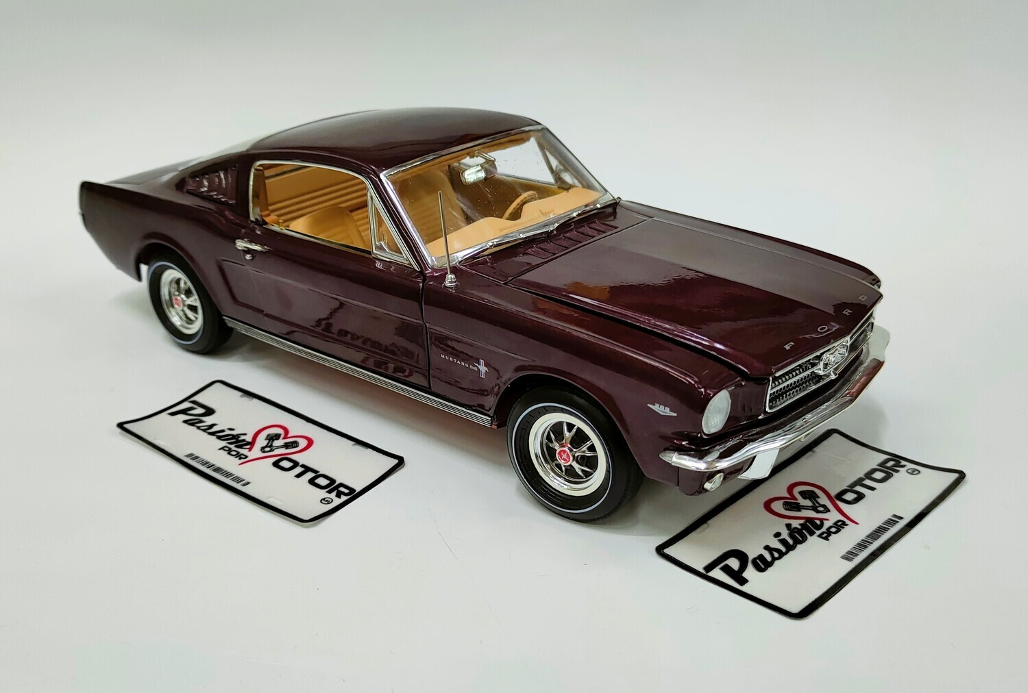 Auto World 1:18 Ford Mustang 2+2 Coupe Fastback 1965 Cafe American Muscle Con Caja