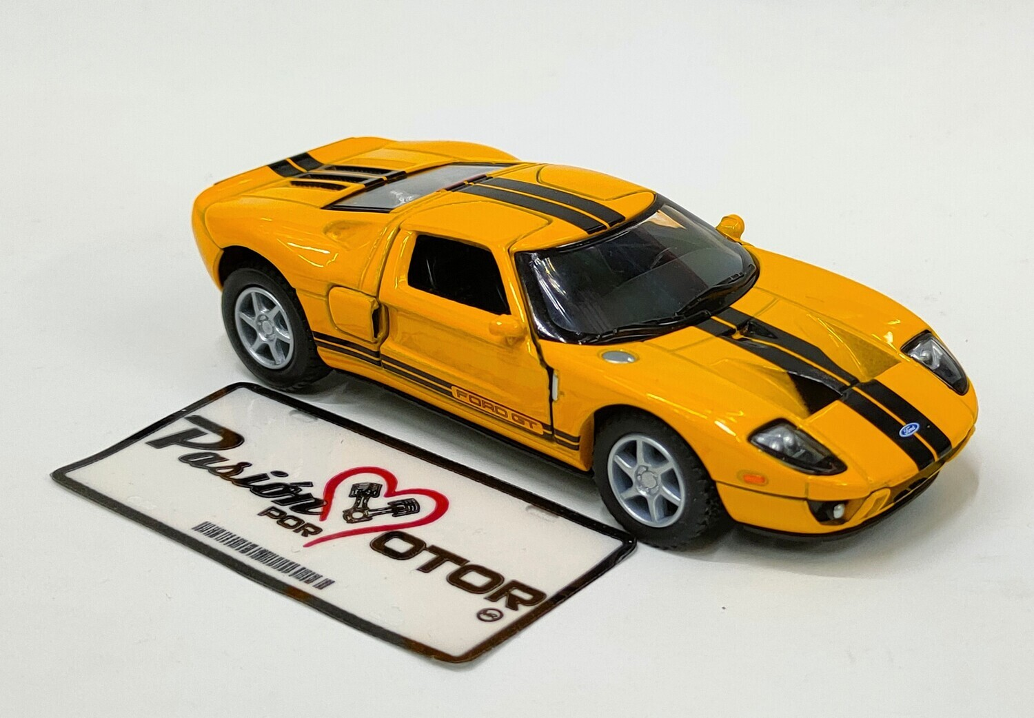 Kinsmart 1:36 Ford GT Coupe 2006 Amarillo Display a Granel 1:32