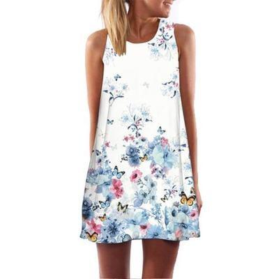 Короткое женское платье с принтом бабочек.