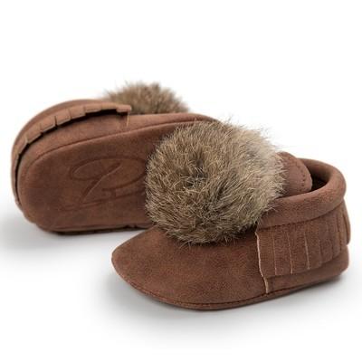 Ботинок для девочки-мальчика держит теплую кожаную обувь