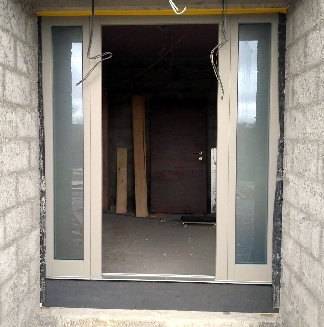 Thermal insulation bracket for door thresholds, 85 x 180/200/230 x 1,175mm